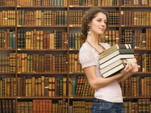 mujer_libros_biblioteca